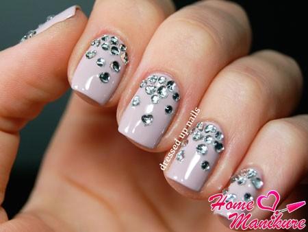 пастельный дизайн ногтей со стразами