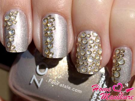 прозрачные стразы на серебристых ногтях