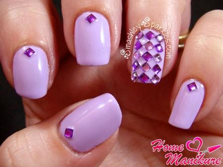 пурпурный дизайн ногтей со стразами