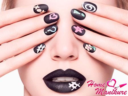 рисунки на черных матовых ногтях
