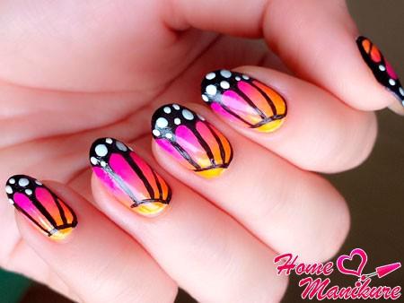 рисунок крыльев бабочки на ногтях