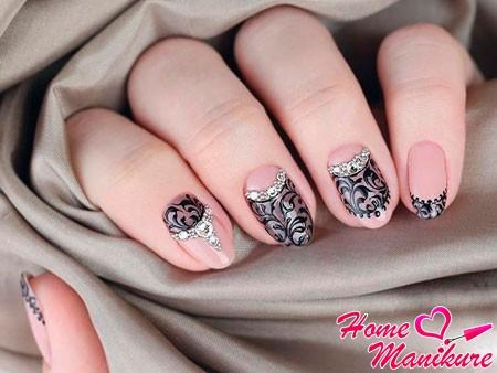 роспись на ногтях со стразами