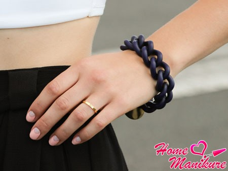 розовые ногти на фоне черной юбки