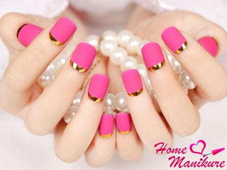 розовые ногти с золотой окантовкой