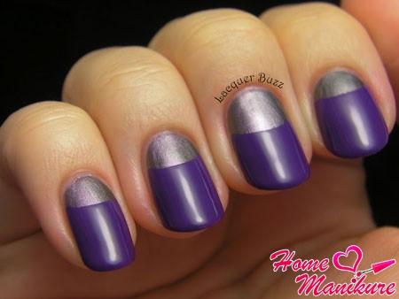 серебристая луна на фиолетовом фоне