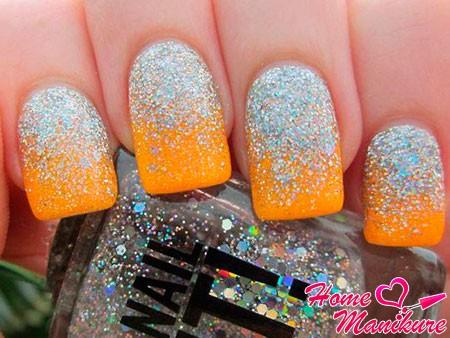 серебряная присыпка на оранжевых ногтях