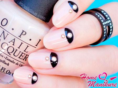сочетание черного и бежевого на ногтях