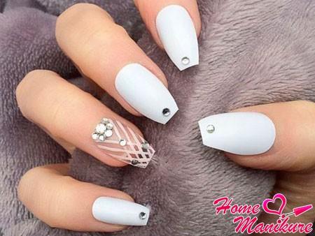 стразы на белых ногтях