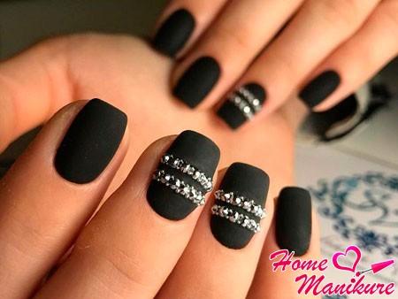 стразы на матовых ногтях