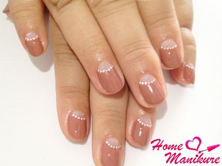 светло-коричневые ногти с точками