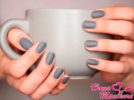 темно-серые матовые ногти