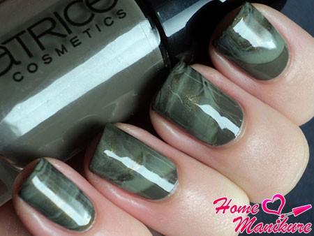 темно-серый мрамор на ногтях