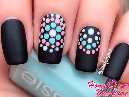 точки на черных ногтях