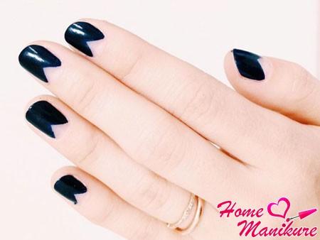 треугольная лунка на черных ногтях