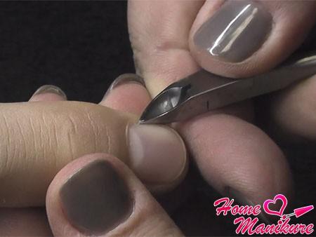 удаление кутикулы на пальцах мужчины