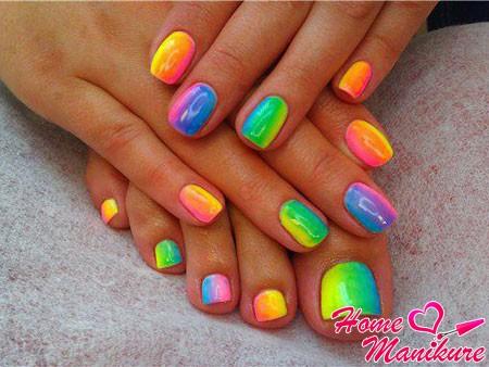 яркие ногти на руках и ногах