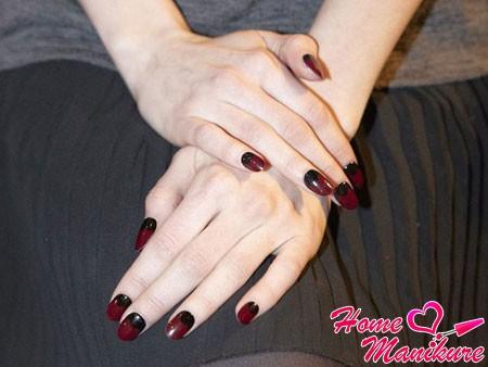 винные ногти с черной лункой