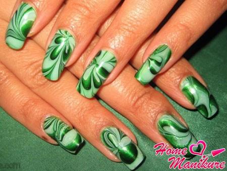 водный маникюр в зеленых тонах