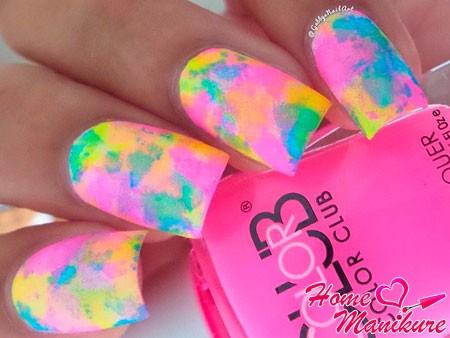яркая радуга на ногтях