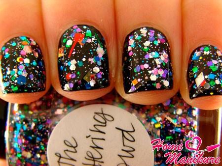 яркие блестки на черных ногтях