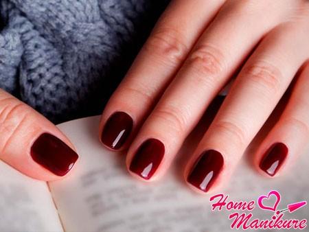 яркие бордовые ногти