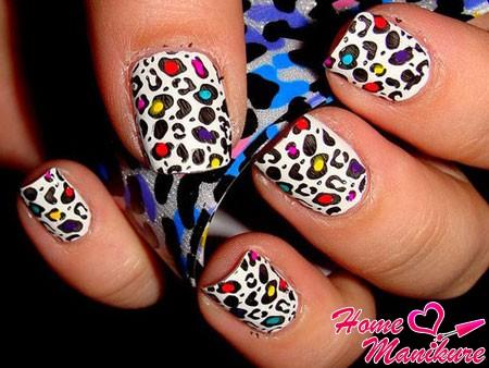 яркие леопардовые пятна на белом лаке
