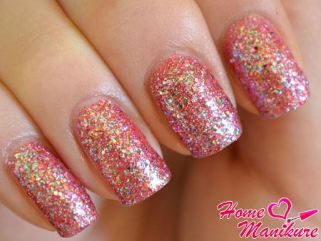 яркие ногти с глиттерным покрытием