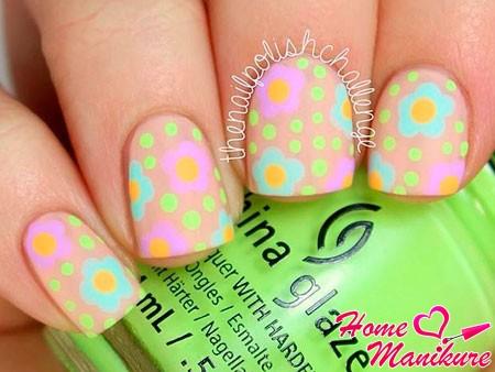 яркий дизайн ногтей на нюдовых ногтях