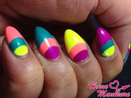 яркий трехцветный маникюр в лунном стиле
