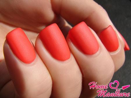 яркий коралловый оттенок ногтей