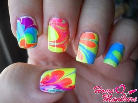 яркий дизайн ногтей на воде