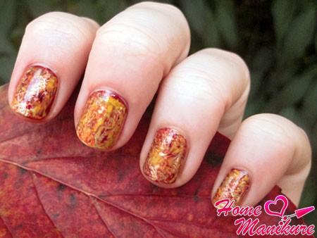 яркий мраморный маникюр на осень
