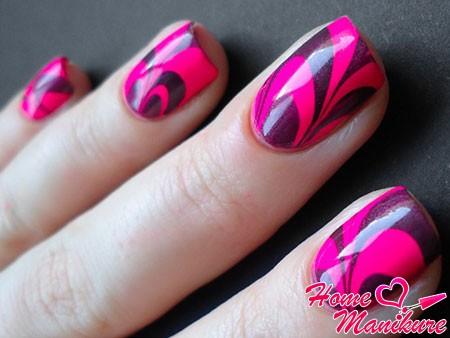 яркий розовый маникюр