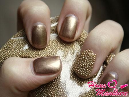 золотой дизайн ногтей с икринками