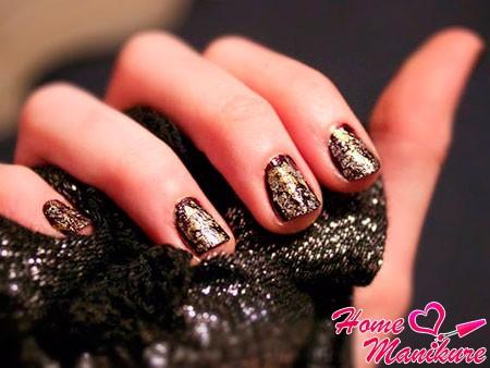 золотой глиттер на ногтях
