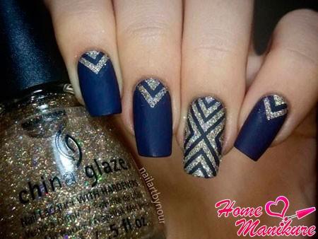 золотой глиттер на синих ногтях