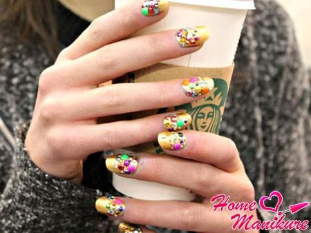 золотой дизайн ногтей со стразами