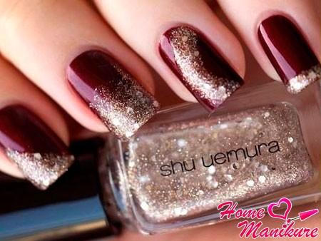 золотой песок на бордовых ногтях