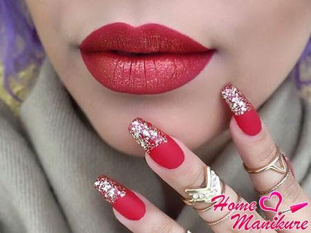 золотые блестки на красных ногтях