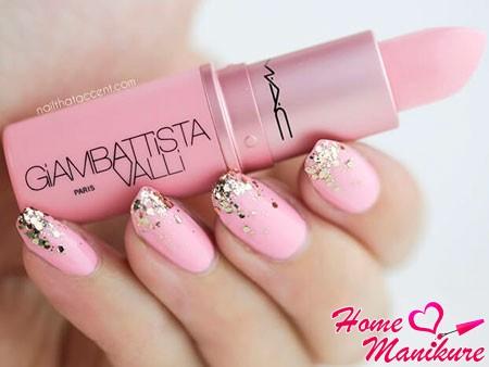 золотые блестки на нежно-розовых ногтях