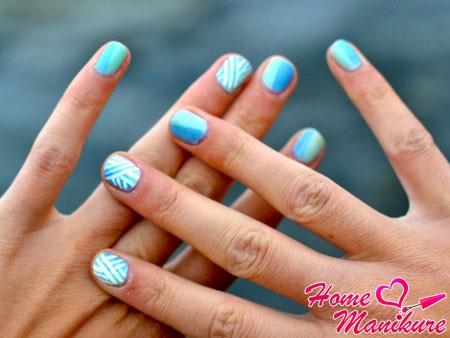 бело-голубой нейл-арт на коротких ногтях