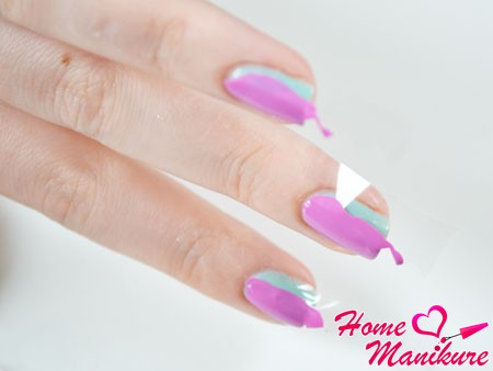 часть ногтя защищена скотчем от фиолетового лака
