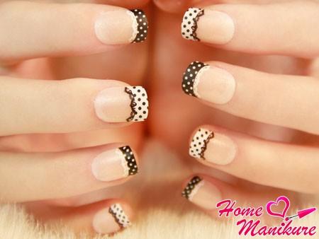 черно-белый гороховый дизайн ногтей с кружевом