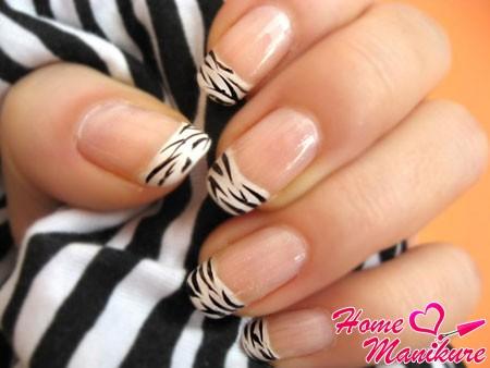 черно-белый нейл-арт в стиле зебры на ногтях