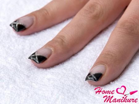 черный дизайн ногтей во французском стиле