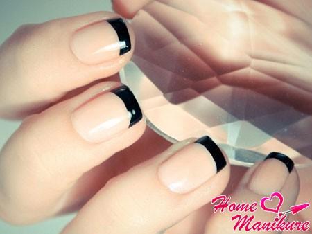 черный френч на коротких ногтях