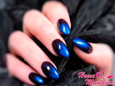 черный маникюр с синим сиянием