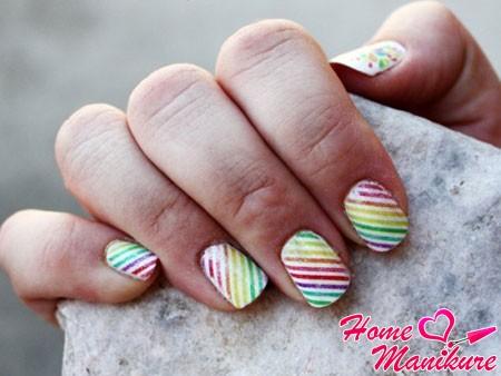 диагональная радуга на белых ногтях