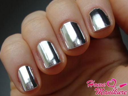 фольга на ногтях с эффектом металлика