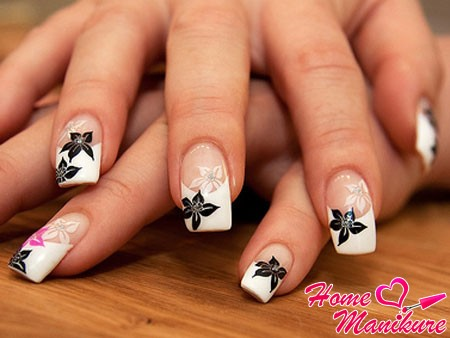 французский маникюр с белыми и черными цветами